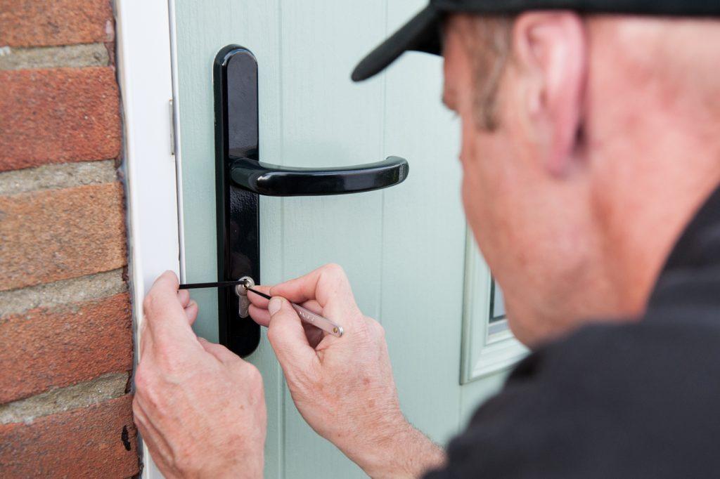 professional locksmith to replace 1024x682 - Cerrajeros Zaidín